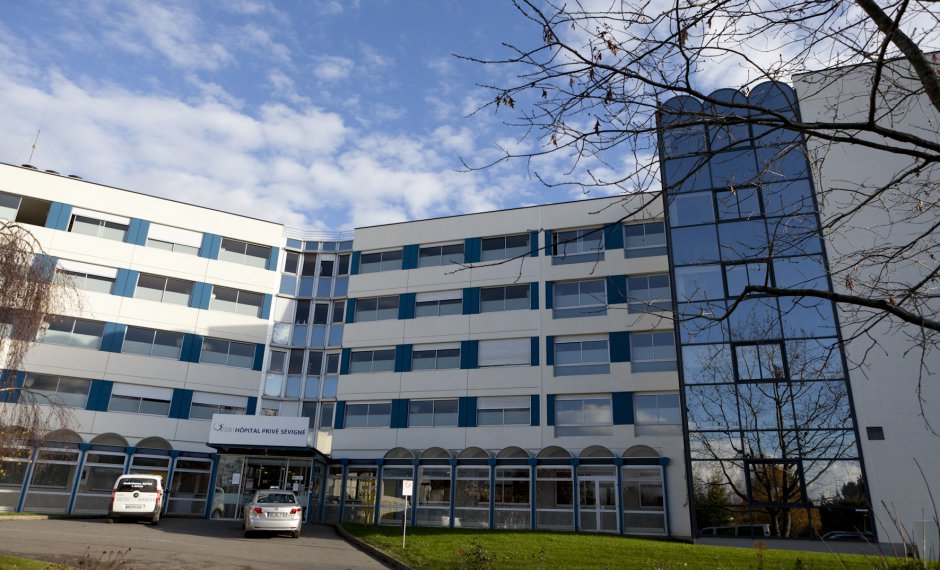 Entrée de l'hôpital privé Sévigné